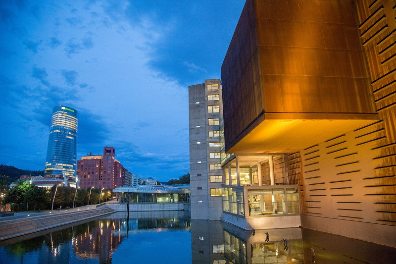 El edificio de Bilbao Convention Bureau Euskalduna con la Torre Iberdrola al fondo