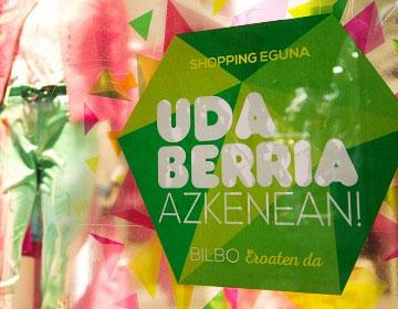 Escaparate de una tienda con la promoción UDA BERRIA AZKENEAN!