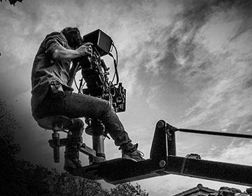 Un técnico de cámara subido a una grúa