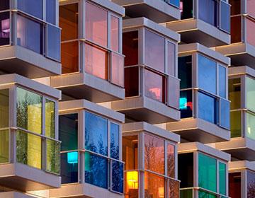 Edificio con las ventanas de colores