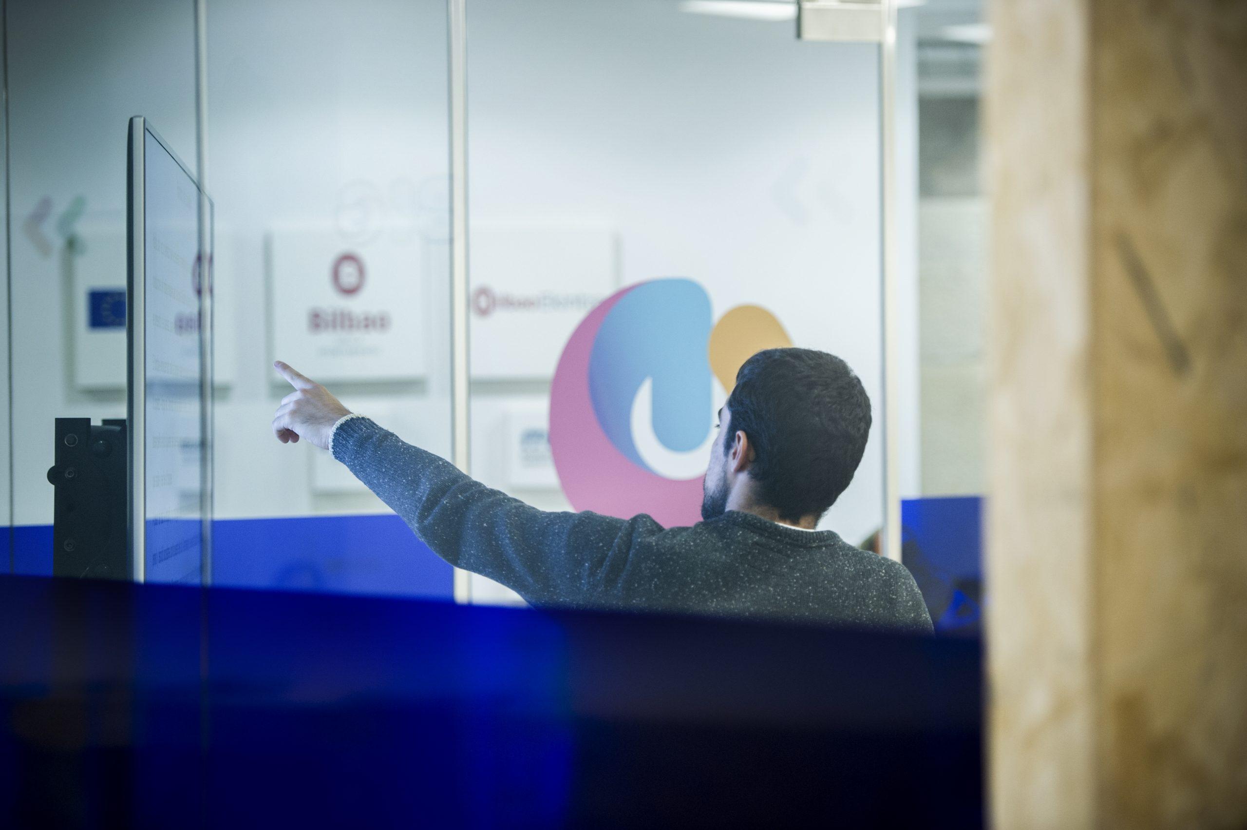 Experto de Big Bilbao empleando recursos digitales en una formación
